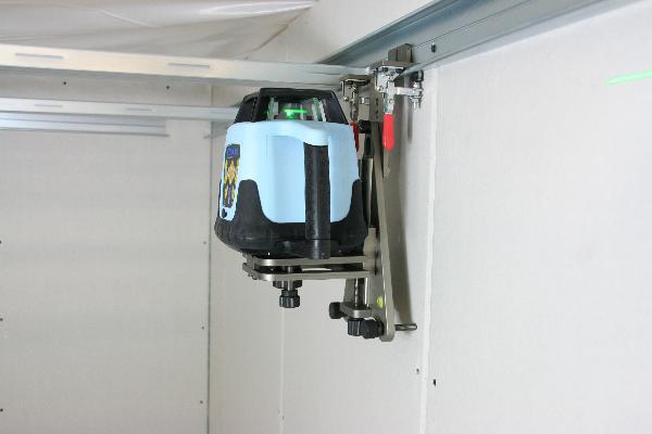 Vloer en wandstatief met fijne aandrijving voor roterende laser